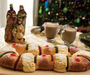 Rosca de reyes - słodki wieniec na święto Trzech Króli 6 stycznia
